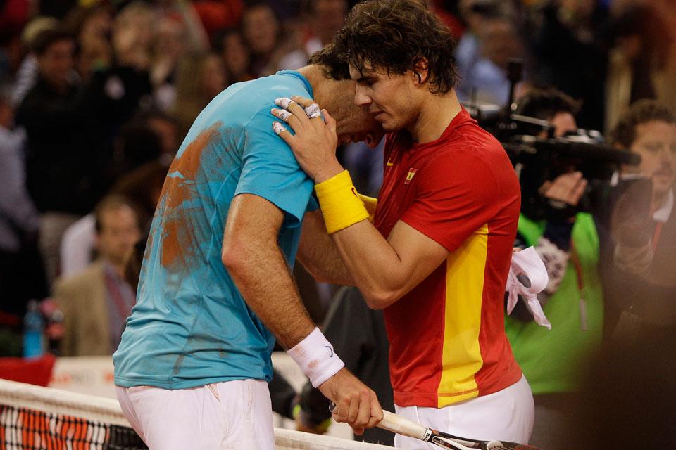 Rafa Nadal consuela a Del Potro tras ganarle el punto clave.